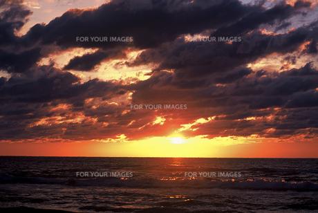 石川県 千里浜なぎさハイウエイから見た夕日(4)の素材 [FYI00131568]