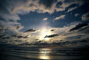 石川県 千里浜なぎさハイウエイから見た夕日(5)の素材 [FYI00131571]