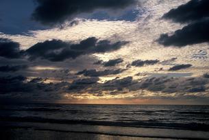 石川県 千里浜なぎさハイウエイから見た夕日(1)の素材 [FYI00131573]