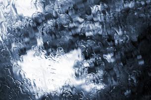 雨にぬれるフロントガラスの写真素材 [FYI00131760]