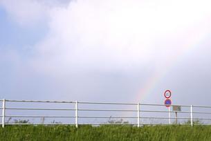 堤防の虹の写真素材 [FYI00133251]