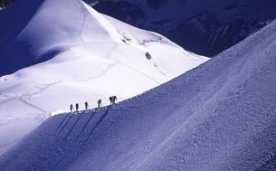 雪原を歩く人の写真素材 [FYI00133424]