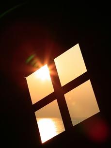 窓から見える海と朝陽の写真素材 [FYI00133607]