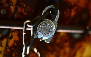 さびた壁と珍しい鍵の写真素材 [FYI00133610]