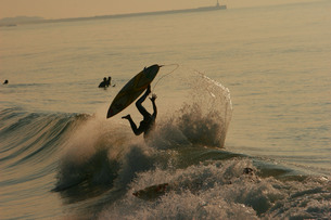波に飲まれるサーファーの写真素材 [FYI00133618]
