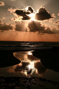 水面に映る光芒の写真素材 [FYI00133630]