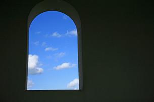窓からのぞく青空の写真素材 [FYI00133633]