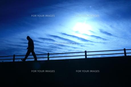 不思議な雲と歩く人の素材 [FYI00133645]
