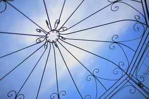 洋風の囲いから見上げた青空の素材 [FYI00133646]