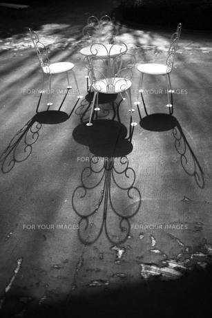 洋風の丸椅子とテーブルから伸びる影の素材 [FYI00133650]