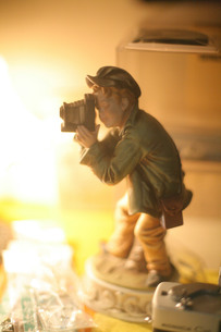 カメラを構えた少年の置物の写真素材 [FYI00133657]