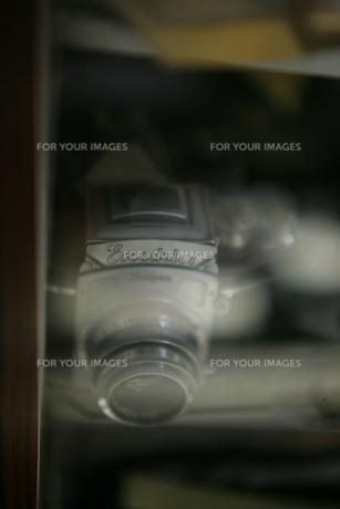 ガラス越しに見る古いカメラの素材 [FYI00133660]