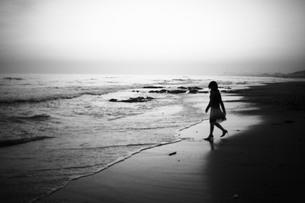 波打ち際で遊ぶ女性の写真素材 [FYI00133663]