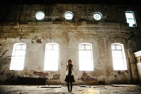 古い洋館に差し込む光と佇む女性の素材 [FYI00133667]
