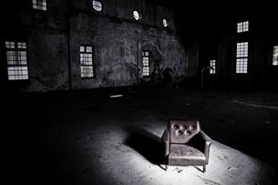 古い洋風の建物と光に照らされたソファの素材 [FYI00133675]