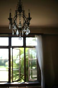古い洋館のシャンデリアと開け放った窓の写真素材 [FYI00133676]