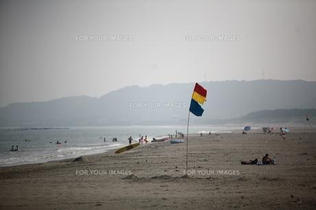 風になびく旗と海水浴客の写真素材 [FYI00133679]