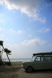 青空と海辺の車の素材 [FYI00133691]