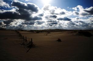 印象的で広大な砂浜と光芒の写真素材 [FYI00133692]