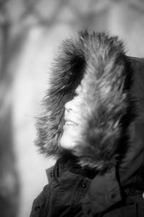 フードをかぶった女性の写真素材 [FYI00133693]