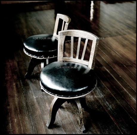 古い洋館の床と丸椅子の素材 [FYI00133702]