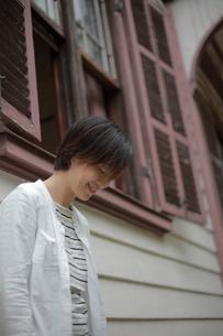 窓辺に寄りかかる女性の素材 [FYI00133704]