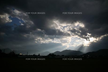 光芒に照らされる山脈の素材 [FYI00133712]