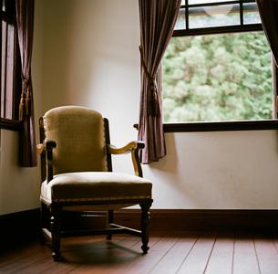 窓辺にあるアンティークな椅子の素材 [FYI00133717]