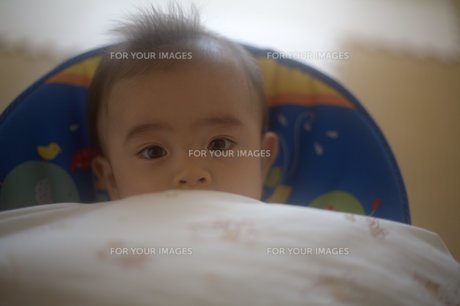 まったりした表情の子供の素材 [FYI00133719]