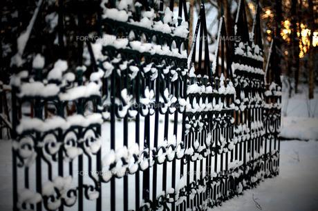 雪が積もる洋風の柵の素材 [FYI00133720]
