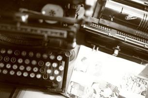 古いタイプライターと写真(セピア)の素材 [FYI00133729]
