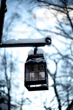 雪の積もる街燈の素材 [FYI00133734]
