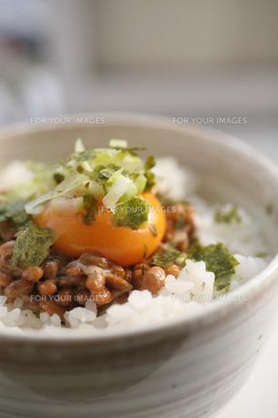 おいしそうな卵かけ納豆ごはんの素材 [FYI00133744]