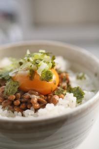 おいしそうな卵かけ納豆ごはんの写真素材 [FYI00133744]