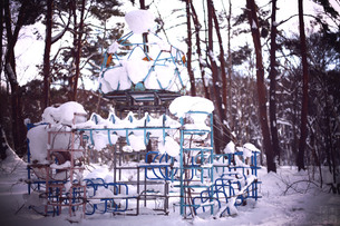 雪に埋もれる公園の遊具の素材 [FYI00133746]