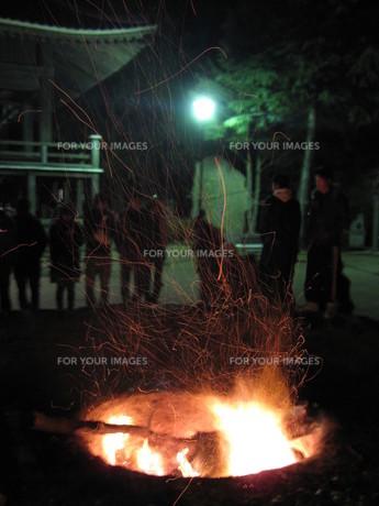 トンドのかがり火の写真素材 [FYI00133799]