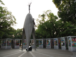折り鶴に囲まれる原爆の子の写真素材 [FYI00133832]