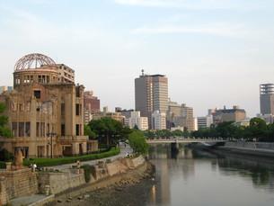元安川と原爆ドームの写真素材 [FYI00133833]