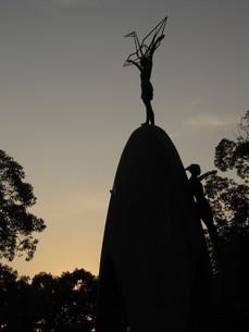 夕日に染まる原爆の子像の写真素材 [FYI00133834]