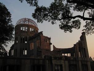 夕焼けの原爆ドームの写真素材 [FYI00133836]
