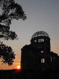 夕日と原爆ドームの写真素材 [FYI00133840]