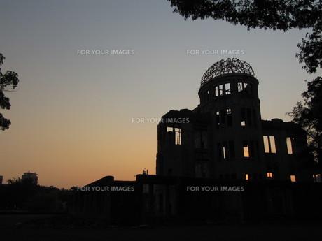 原爆ドームのシルエットの写真素材 [FYI00133841]