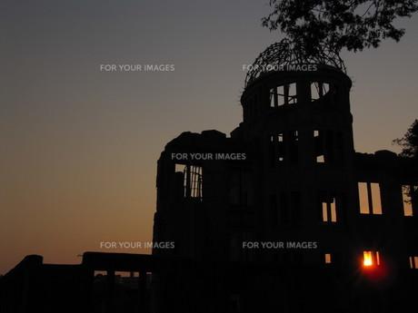 原爆ドームのシルエットの写真素材 [FYI00133843]