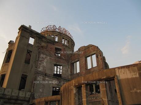 夕日に染まる原爆ドームの写真素材 [FYI00133844]