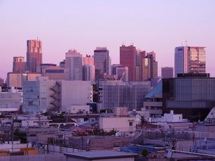 積層する都市の夜明けの写真素材 [FYI00134179]