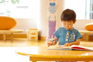 絵本を読む男の子の写真素材 [FYI00134501]