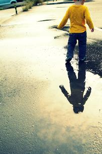 雨あがりの散歩の素材 [FYI00134575]