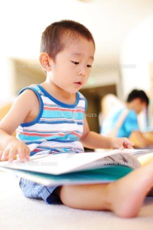 絵本を読む男の子3の写真素材 [FYI00134596]