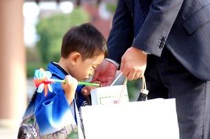 千歳袋を覗きこむ男の子の写真素材 [FYI00134613]