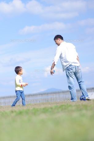 広場で遊ぶ親子の写真素材 [FYI00134616]